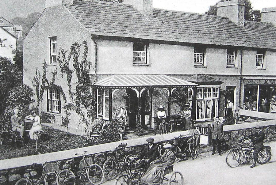 Photo of a lot of cycles outside a Llanberis cafe about 1920