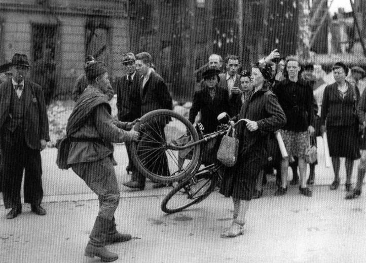 Berlin cyclist resists Russian soldier