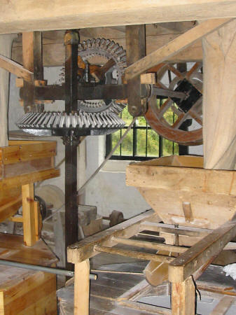 Photo of machinery driving grindstones at Bunbury Mill